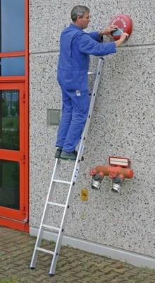Приставная лестница Krause STABILO 9 перекладин 127037 сочетает в себе надежность и универсальность. Изготовлена из алюминиевого профиля с усиленными кромками для долгого срока службы. На концах опор имеются пробки SafetyCap для предотвращения скольжения
