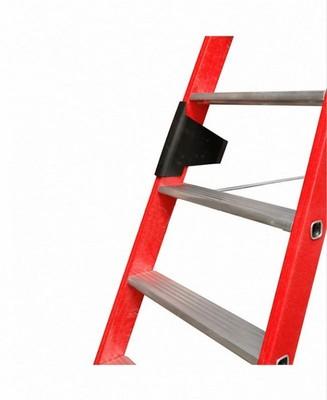 Диэлектрическая стремянка со ступенями Krause представляет собой стремянку, состоящую из двух секций. Такая стремянка имеет алюминиевые ступени. При этом ее боковины сделаны из пластика, который армирован стекловолокном. Для удобного и безопасного подъема